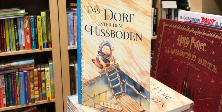 """Fantasy-Kinderbuch """"Das Dorf unter dem Fußboden"""" von John E. Brito im Buchhandel"""